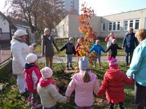 """DSC02738-300x225 """"Ültess egy fát a Világharmóniáért!"""" óvoda program"""