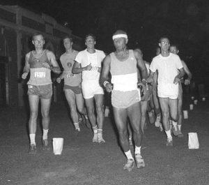 Sri-Chinmoy-run-1980-300x265 Sri Chinmoy befejezi a 47 mérföldes versenyt